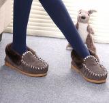 快適で柔らかい羊皮の灰色の偶然の人の靴