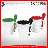 Taza de café de cerámica del interior colorido con la cuchara en maneta