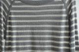 女性円形の首はプルオーバーのニットのセーターを縞で飾った
