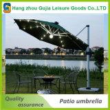 LEDライトが付いている屋外のテラスの傘を立てるデラックスなオフセット
