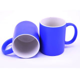 Taza azul de cerámica barata al por mayor de la fábrica con insignia de la compañía