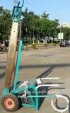 Le logarithme naturel en bois de grand diamètre coupant la chaîne électrique a vu