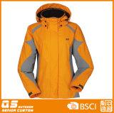 Куртка лыжи спорта способа людей цветастая