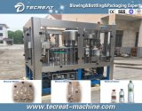 Garrafa de água mineral bebendo que faz a máquina