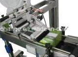 La velocidad encajona la máquina de etiquetado de las botellas del bolso de la tarjeta de papel