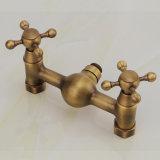 FLGの浴室の風呂の湯のシャワーの終わる一定の蛇口の骨董品