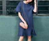 平野および端正で簡単で短い袖の円形首の女性の服