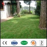 Césped sintetizado verde Anti-ULTRAVIOLETA de la hierba de la decoración casera para ajardinar el jardín