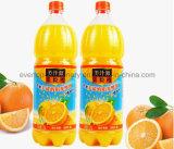 Машина фруктового сока бутылки заполняя разливая по бутылкам