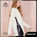 女性円形の首の長い袖の側面のジッパーケーブルのニットのセーター