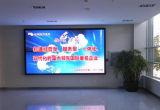 デジタル表示装置のボードを広告するP5屋内LED