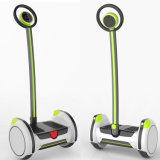 Individu sec de deux roues équilibrant le scooter électrique d'Unicycle