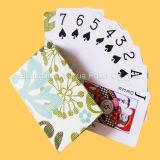 Взрослый рекламируя карточки покера играя для рекламы