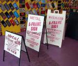 Signes de trottoir de panneau publicitaire porté par un homme-sandwich d'un-Bâti en métal construits Using le stand rigide de signe de bâti de PVC de 4mm