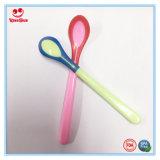 Nueva temperatura del diseño que detecta la cuchara que introduce del bebé