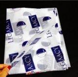 Papel blanco y colorido que empaqueta para el regalo, zapatos, ropa