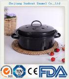 ハンドルが付いている鋳鉄のエナメルの鍋かカセロール