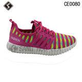 若い方法はスニーカーの運動靴を遊ばす