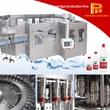Botella que bebe el agua mineral que hace la máquina