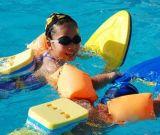 Esportes de água que flutuam a placa