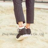 Le coton rayé d'hommes de mode cogne les chaussettes occasionnelles de coton de sport