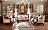 Sofá antigo americano da tela com a tabela clássica ajustada para a HOME