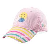 아이는 다채로운 인쇄 아기 모자를 모양 짓는다