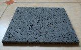 自然で黒い玄武岩または海南の黒か砂岩または花こう岩の石またはペーバーの石か黒または灰色または白いですまたはベージュ花こう岩