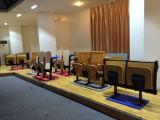 Стул рядка мебели школы установленный с таблицей сочинительства