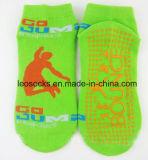 Kundenspezifischer Antibeleg-Trampoline-Sport, der Socken springt