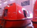 De mariene Reddingsboot van de Redding 26personsenclosed/De Boot van de Redding en de Kraanbalk van het Platform