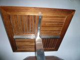 屋外の正方形のチークの木製のテーブルの上