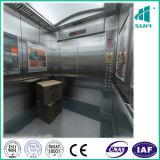Elevador de carga en la compañía para hacer la elevación de algunas mercancías