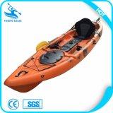 1隻の人のかいボートかカヌーの子供のかいボートまたはカヤックまたはカヌー