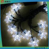 La chaîne de caractères solaire de flocon de neige de DEL allume Noël