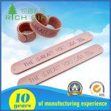 Kundenspezifisches Firmenzeichen-reflektierendes Gummisilikon-Klapswristband-Armband für fördernde Geschenke