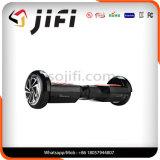 Individu de 2 roues équilibrant le scooter électrique avec l'éclairage de DEL