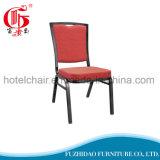 使用されたレストランの旧式な食事の椅子か安いレストランの椅子