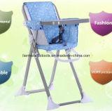 Baby, das hohen Stuhl mit Platte speist