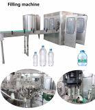 Lleno lleno llave-llave que bebe el llenado del agua mineral embotellando la máquina llenadora del embalaje para la botella