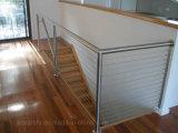 低価格の小さいスペース家のための純木の材木の踏面が付いている簡単なセンター・ビームのステンレス鋼階段