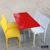 ファースト・フード店街の長方形の赤い大理石表および椅子