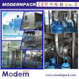 Cadena de proceso y de relleno del agua mineral en botella de producción