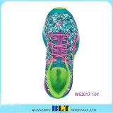安い靴、スポーツの靴の実行