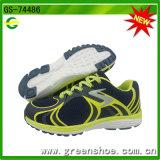 新しい子供のスポーツは女の子の運動靴に蹄鉄を打つ