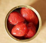 시럽에 있는 맛있은 감미로운 통조림으로 만들어진 딸기
