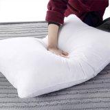 Подушка постельных принадлежностей гусыни хлопко-бумажная ткани белым заполненная пером