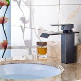 Grifo de cobre amarillo del lavabo para el cuarto de baño