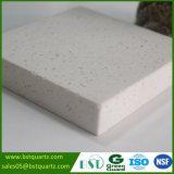 Parte superior contrária da pedra branca de quartzo da cozinha com microplaquetas médias
