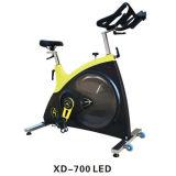 屋内練習の巨大な体操商業ボディ適当な回転のバイク